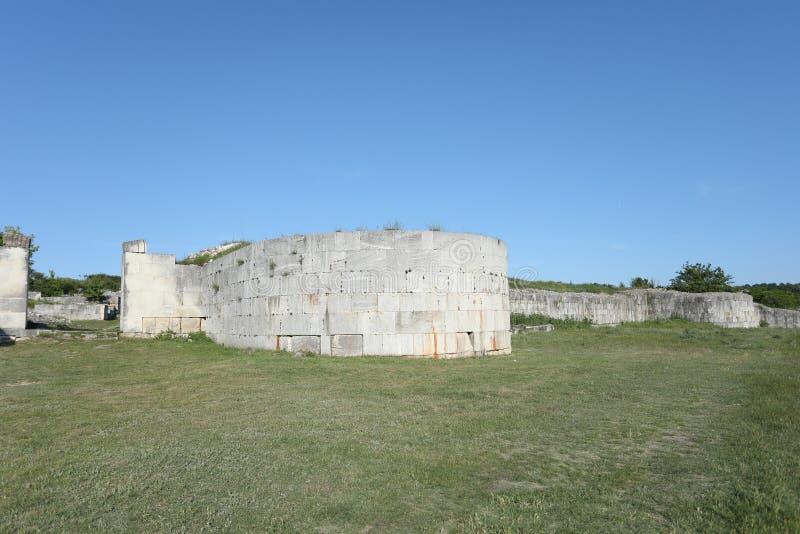 Adamclisi ruiny w Rumunia, ściany zakończenia widok fotografia royalty free