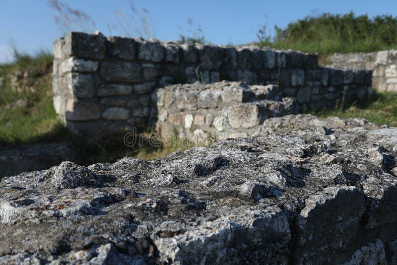 Adamclisi ruiny w Rumunia, skały ściany zakończenia widok obraz royalty free