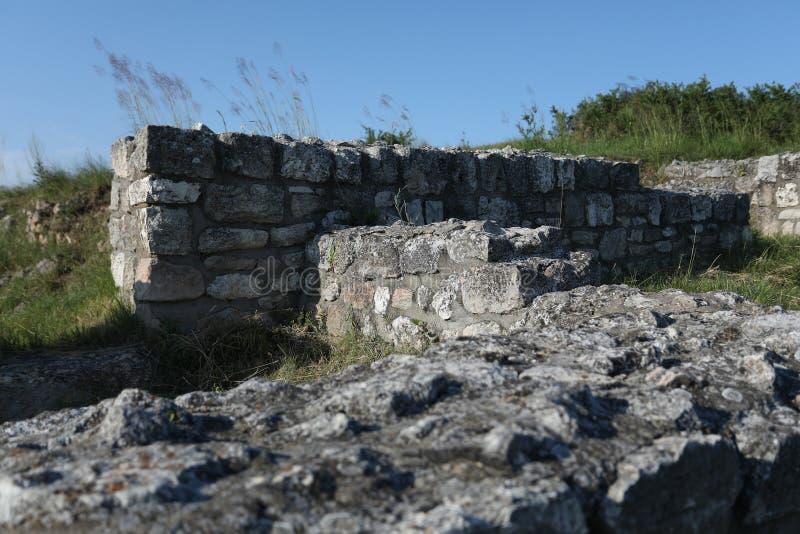 Adamclisi ruiny w Rumunia, stary skały zakończenia widok fotografia stock