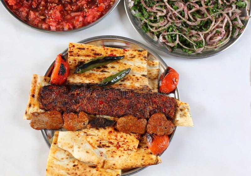 Adana e no espeto turcos com saladas da cebola e dos tomates fotos de stock royalty free