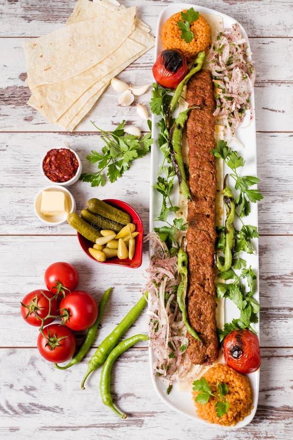Adana Kebab Słuzyć z Zielonymi warzywami w bielu talerzu zdjęcie stock