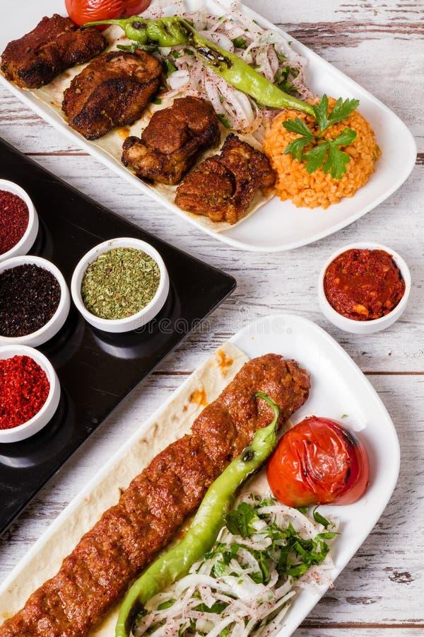 Adana Kebab Słuzyć z Zielonymi warzywami w bielu talerzu zdjęcia stock