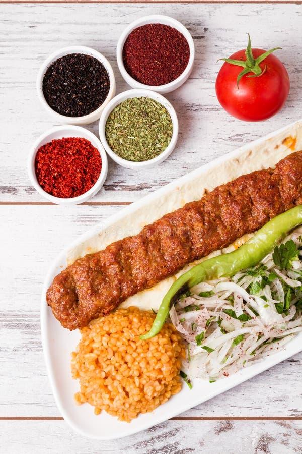 Adana Kebab Słuzyć z Zielonymi warzywami w bielu talerzu obraz stock