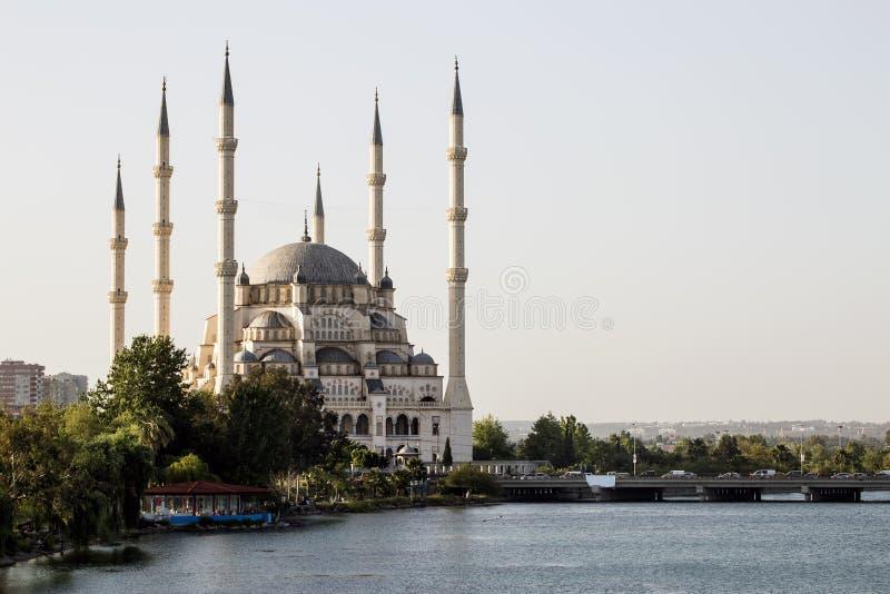 Adana, Turcja/, Sabanci Środkowy meczetowy widok fotografia stock