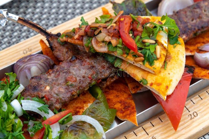 Adana z warzywami i pita chlebem - tradycyjny Turecki naczynie zdjęcia stock