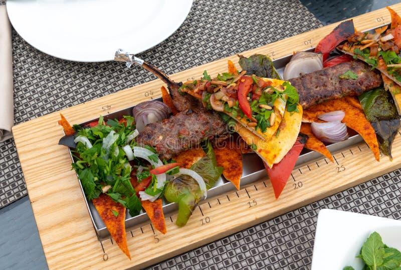 Adana z warzywami i pita chlebem - tradycyjny Turecki naczynie obrazy royalty free