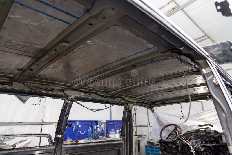Adaptación del coche en un cuerpo del autobús de la furgoneta con tres capas de aislamiento del ruido en el tejado del metal Aisl imagen de archivo libre de regalías
