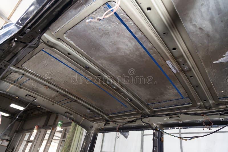 Adaptación del coche en un cuerpo del autobús de la furgoneta con tres capas de aislamiento del ruido en el tejado del metal Aisl fotografía de archivo