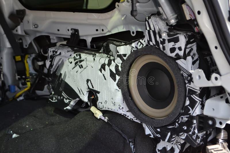 Adaptaci?n del coche en un cuerpo de SUV con tres capas de aislamiento del ruido en el piso Aislamiento del sonido y de vibraci?n fotografía de archivo libre de regalías