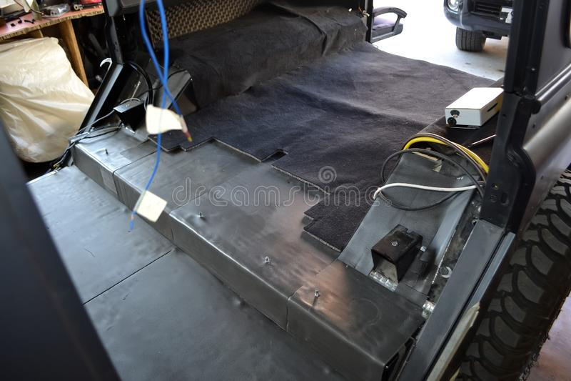 Adaptaci?n del coche en un cuerpo de SUV con tres capas de aislamiento del ruido en el piso Aislamiento del sonido y de vibraci?n fotografía de archivo