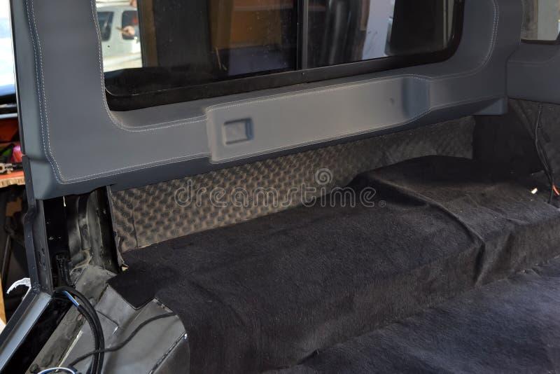 Adaptaci?n del coche en un cuerpo de SUV con tres capas de aislamiento del ruido en el piso Aislamiento del sonido y de vibraci?n imagenes de archivo