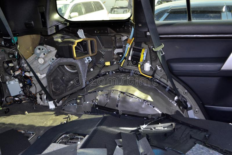 Adaptaci?n del coche en un cuerpo de SUV con tres capas de aislamiento del ruido en el piso Aislamiento del sonido y de vibraci?n imágenes de archivo libres de regalías