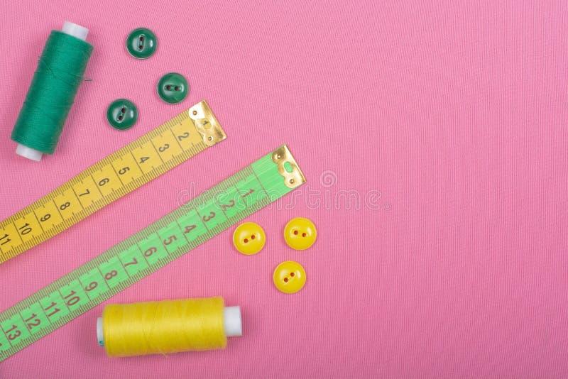 Adaptaci?n Fuentes y accesorios de costura para coser y la costura fotos de archivo