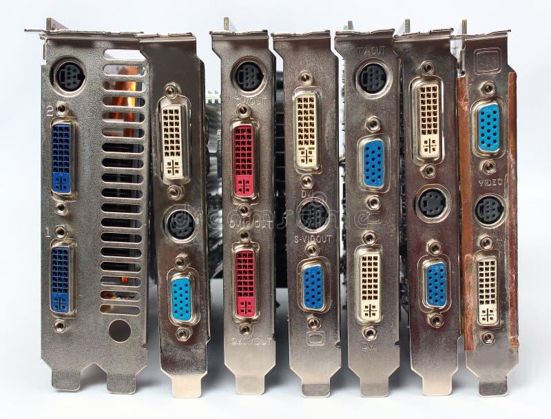 Adaptadores video do PC velho e cartões gráficos no fundo branco imagens de stock royalty free