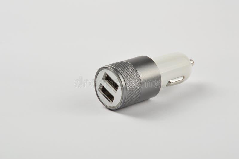 Adaptateur de voiture d'USB, chargeur de téléphone sur le fond blanc image libre de droits