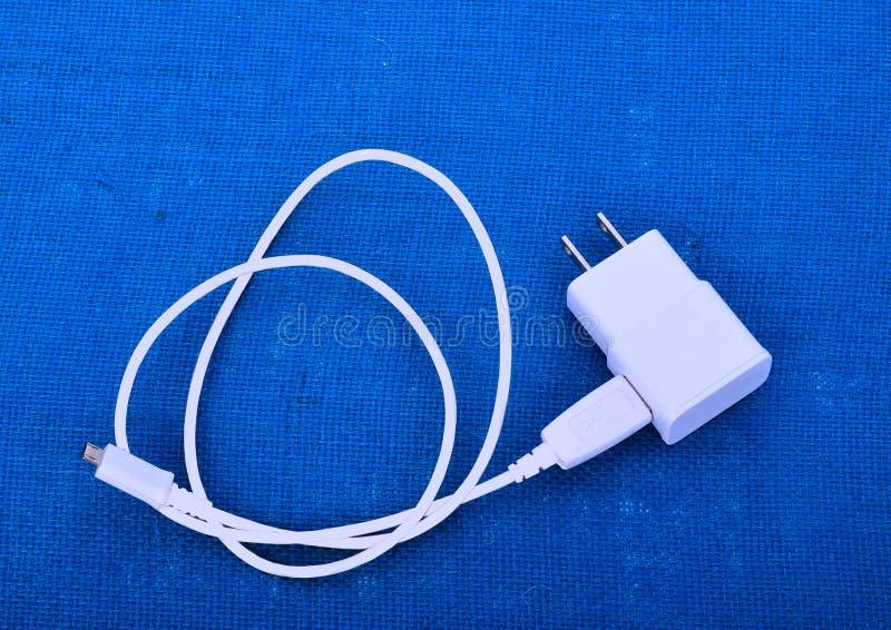 Adapter-Ladegerät mit usb-Kabel lizenzfreie stockfotografie