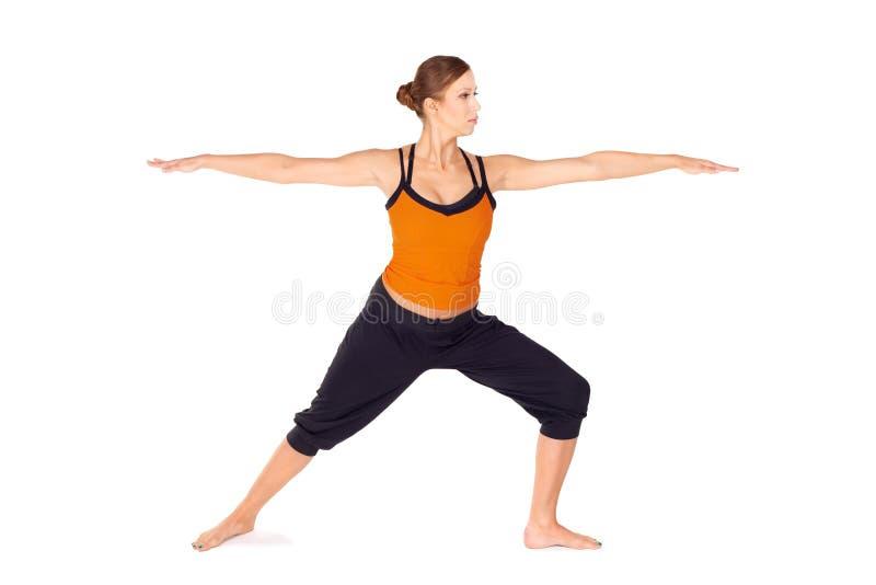 Adaptez l'exercice de pratique de yoga de femme attirant photos libres de droits