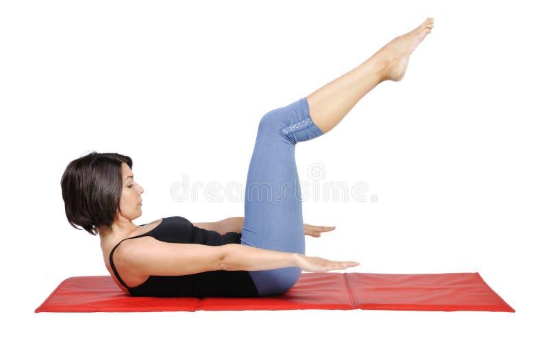 Adaptez le jeune instructeur féminin de pilates images libres de droits