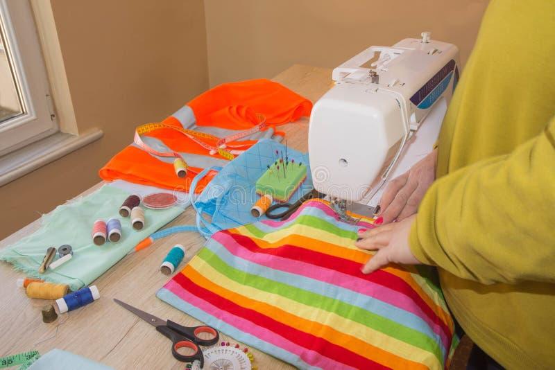 Adattamento del cotone naturale Sarti della donna che cucono tessuto fotografia stock libera da diritti