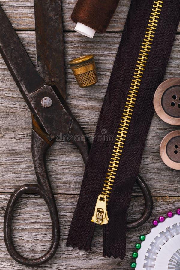 Adattamento delle forbici con la chiusura lampo per i vestiti ed altri strumenti fotografie stock