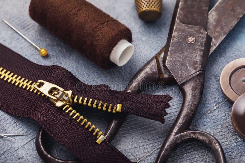 Adattamento delle forbici con la chiusura lampo per i vestiti ed altri strumenti per la riparazione immagine stock libera da diritti