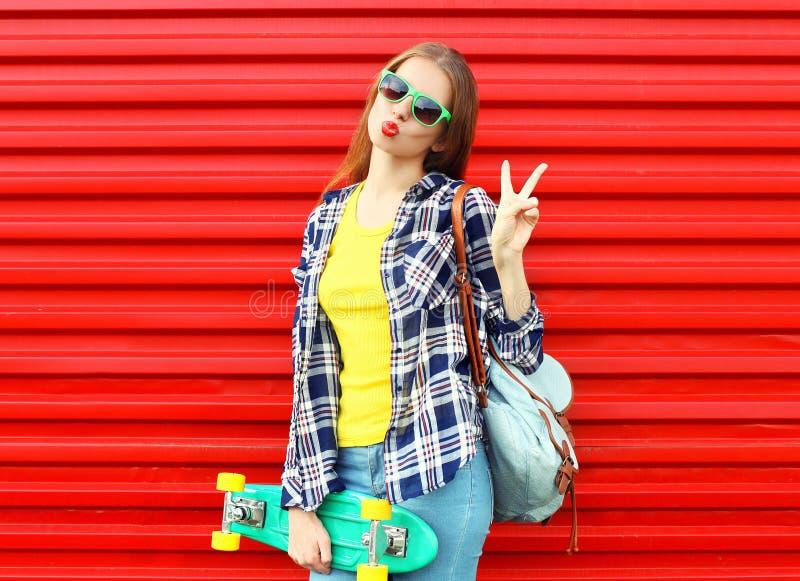 Adatti ad uso abbastanza fresco della ragazza gli occhiali da sole, pattino fotografie stock libere da diritti