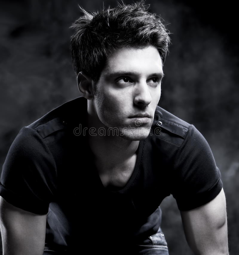 Adatti il colpo di un uomo macho in in bianco e nero fotografia stock libera da diritti