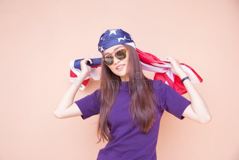 Adatti il ritratto degli occhiali da sole d'uso della donna asiatica dei pantaloni a vita bassa immagine stock libera da diritti