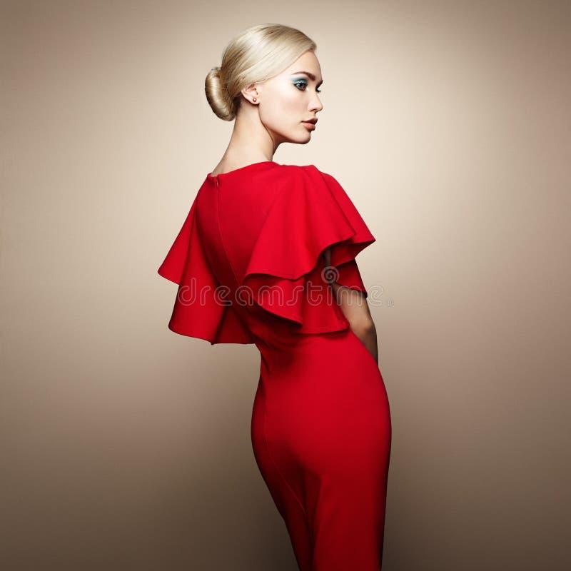 Adatti il ritratto della donna elegante in vestito rosso immagine stock libera da diritti