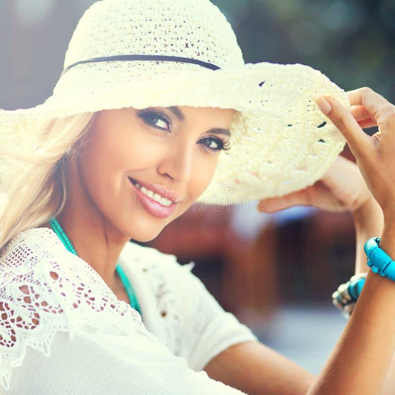 Adatti il ritratto della donna graziosa in cappello che sorride e che si diverte la i immagini stock libere da diritti