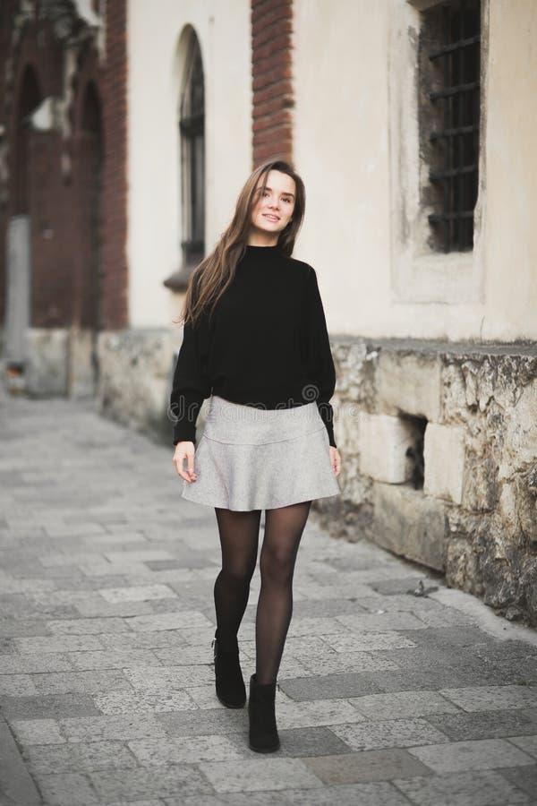 Adatti il ritratto della donna della ragazza abbastanza d'avanguardia dei giovani che posa alla città in Europa fotografia stock