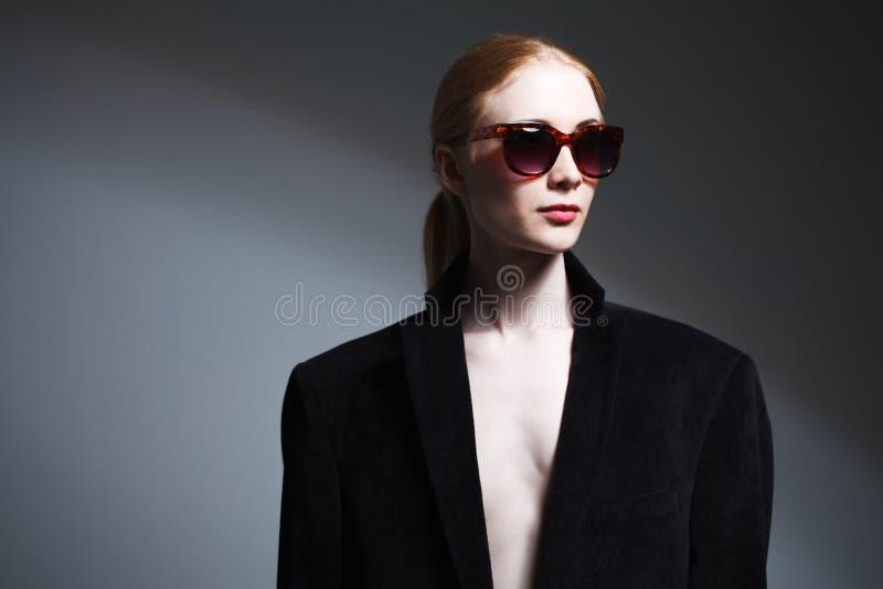 Adatti il ritratto dello studio di arte della ragazza elegante nel nero geometrico a immagini stock libere da diritti