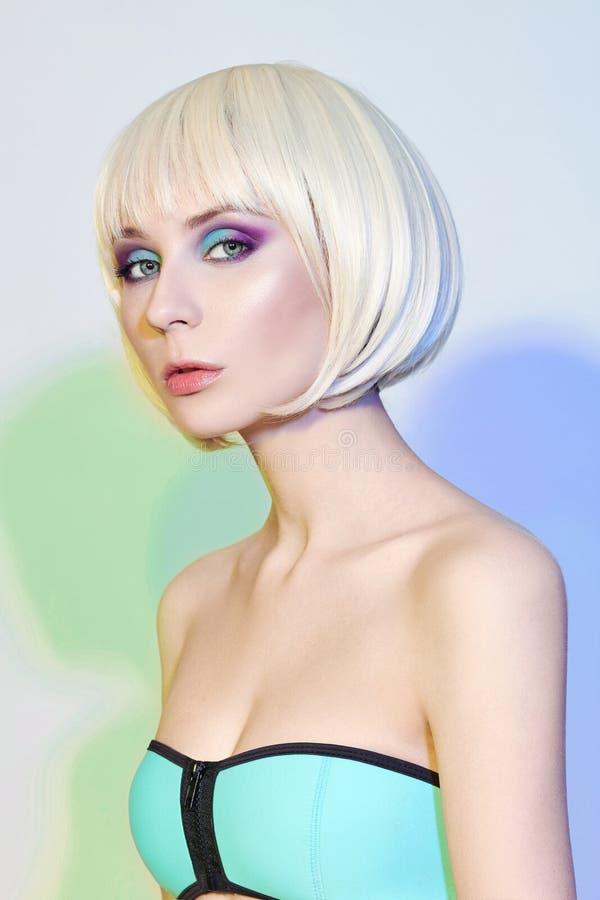 Adatti il ritratto di arte di una donna in un costume da bagno con trucco di contrapposizione luminoso Foto creativa di bellezza  fotografia stock libera da diritti
