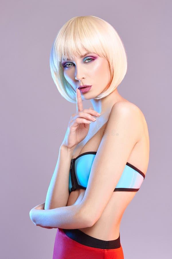 Adatti il ritratto di arte di una donna in un costume da bagno con trucco di contrapposizione luminoso Foto creativa di bellezza  immagine stock