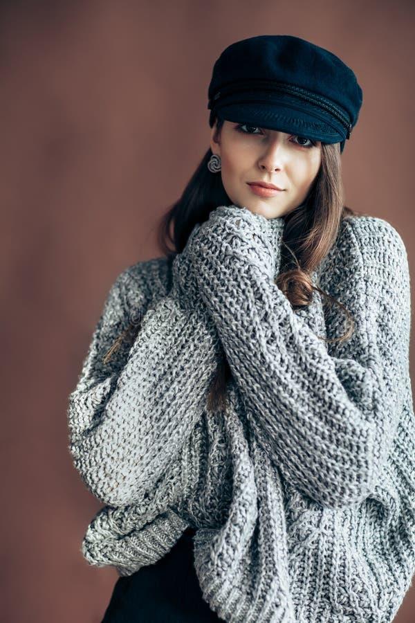 Adatti il ritratto di bella donna in maglione della lana fotografie stock