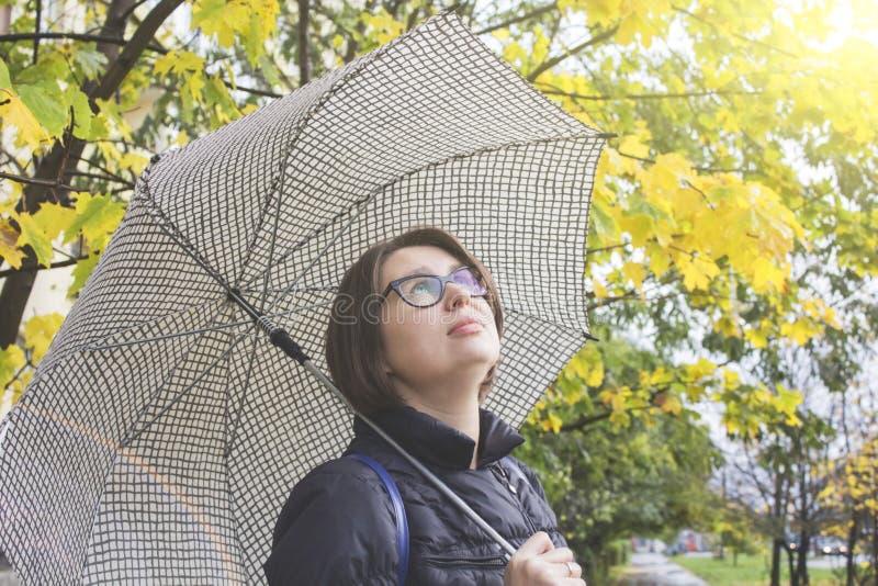 Adatti il ritratto di bella giovane donna nella foresta di autunno fotografia stock libera da diritti