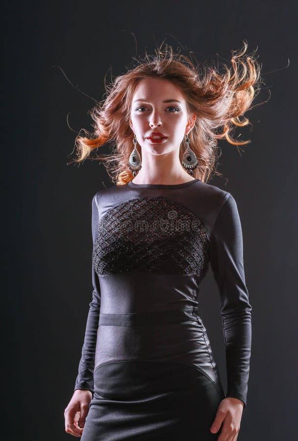 Adatti il ritratto di bello Girl di modello che porta il vestito nero fotografia stock libera da diritti