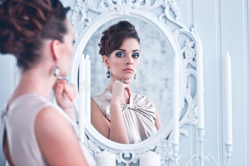 Adatti il ritratto di giovane bella donna che guarda nell'oggetto d'antiquariato MIR fotografia stock libera da diritti