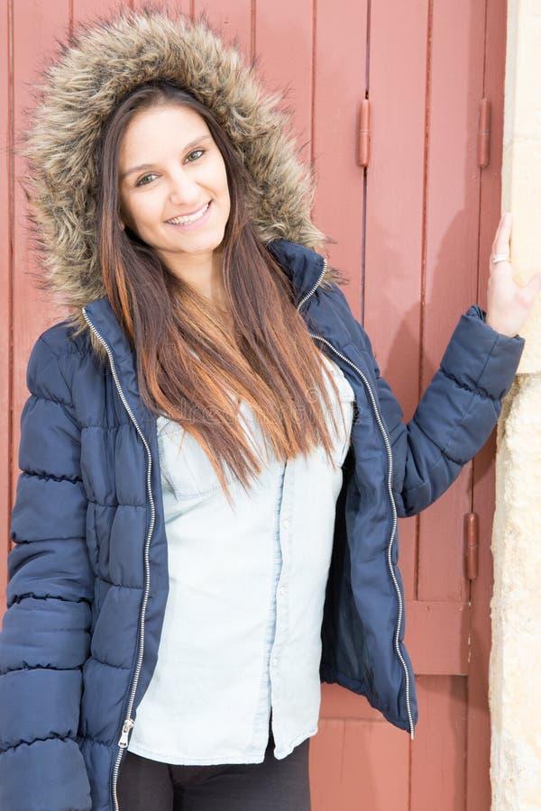 Adatti il ritratto di giovane donna elegante all'aperto con l'avena blu del  del cdella pelliccia fotografia stock