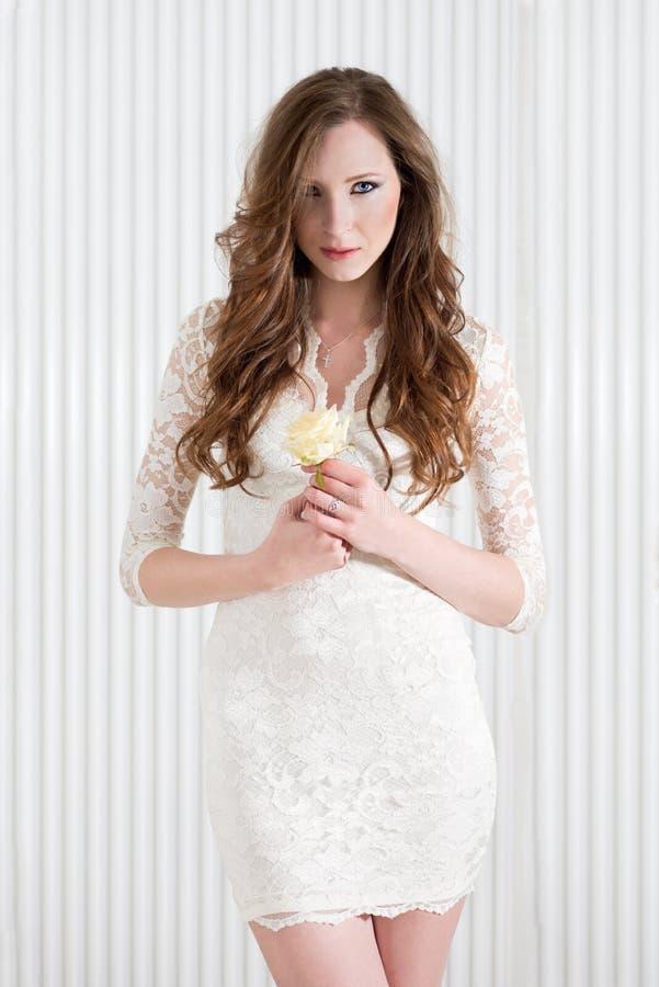 Adatti il ritratto di giovane donna sexy che porta un vestito bianco fotografie stock