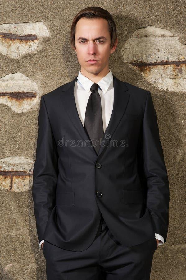 Adatti il ritratto di giovane uomo d'affari che sta all'aperto fotografia stock libera da diritti