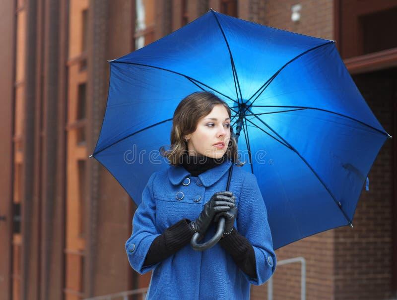 Adatti il tiro di giovane brunette in vestiti blu fotografie stock