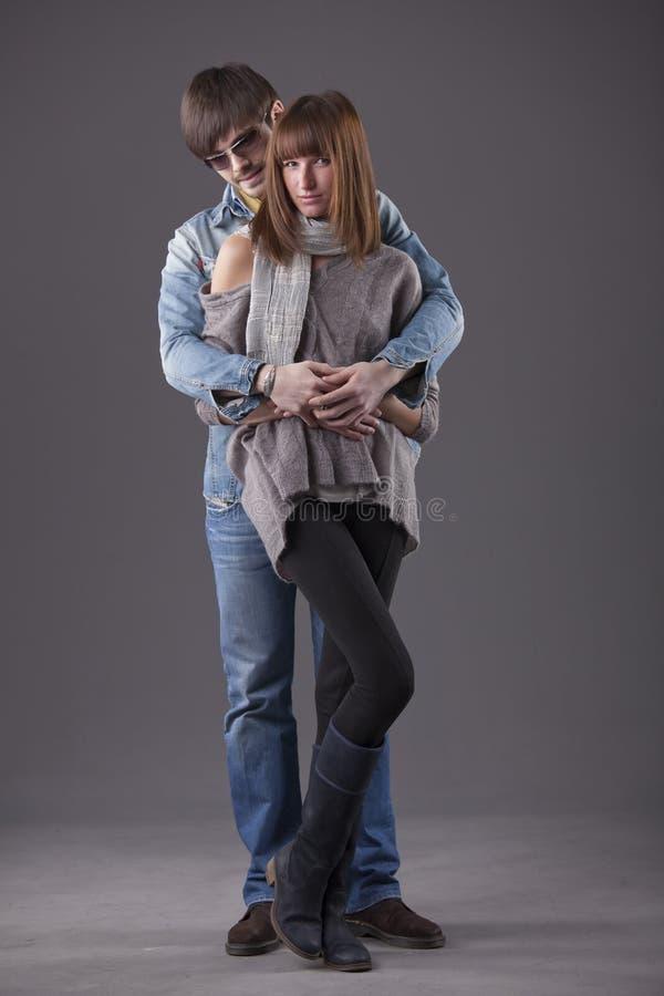 Adatti l'abbraccio delle coppie fotografie stock