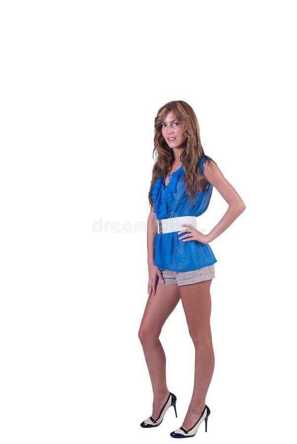 Adatti la donna in blu c-attraverso la blusa, il reggiseno e gli shorts fotografie stock libere da diritti