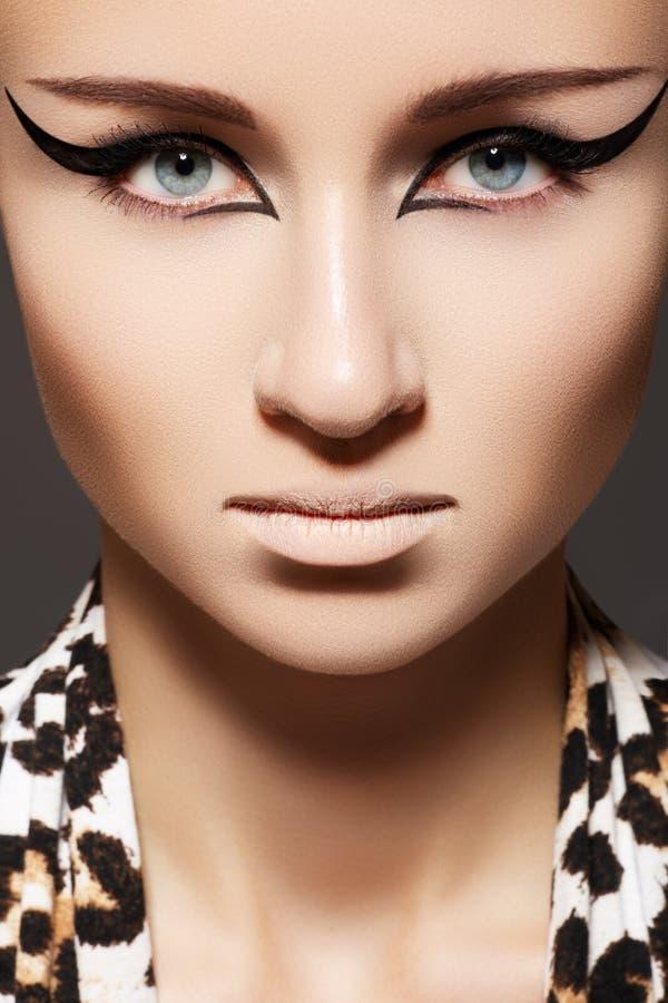 Adatti la donna con trucco del eyeliner, sciarpa del leopardo fotografia stock libera da diritti