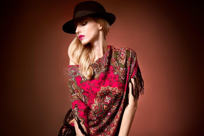 Adatti la donna di bellezza in scialle alla moda del cappello, autunno fotografia stock libera da diritti