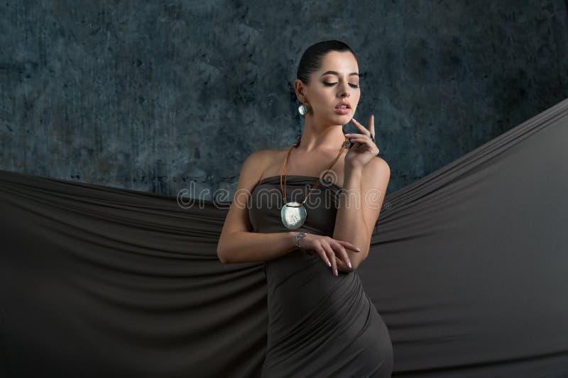 Adatti la foto dello studio di bella donna sensuale con capelli scuri w fotografia stock