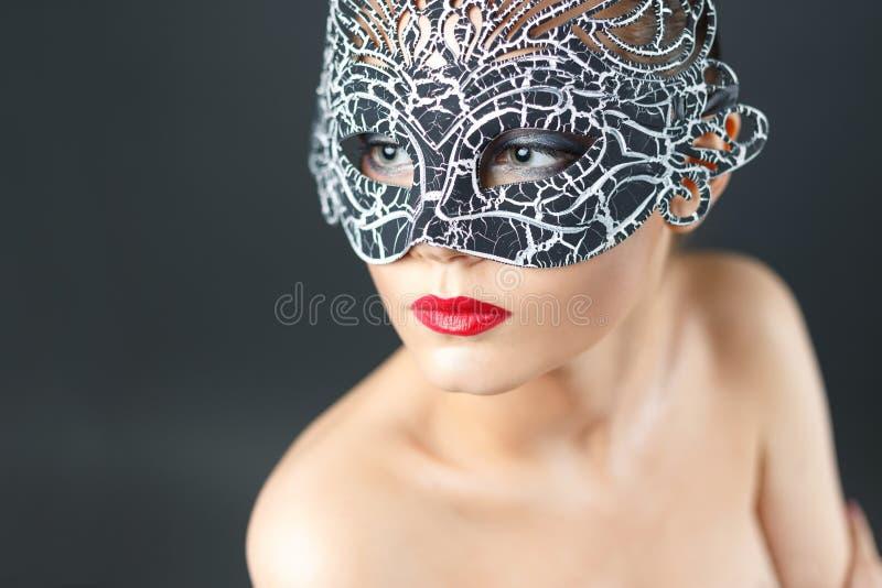Adatti la foto di bella ragazza sexy nella maschera fotografie stock libere da diritti