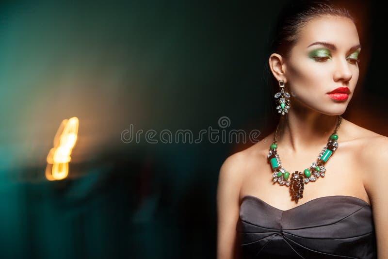 Adatti la foto di giovane donna magnifica su fondo scuro immagine stock