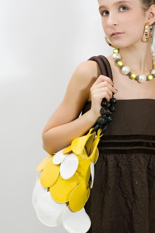 Adatti la ragazza che mostra i gioielli e la borsa immagini stock libere da diritti